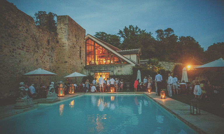 The evening guests next to the outdoor swimming pool