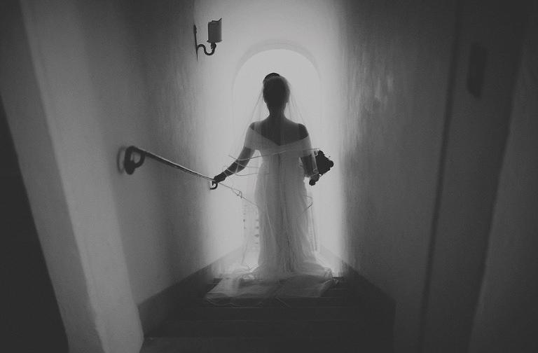 The bride walks down the stairs in Villa Di Ulignano