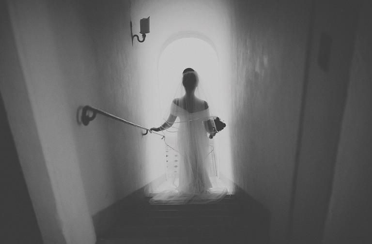 The bride walks down the marble staircase in Villa di Ulignano